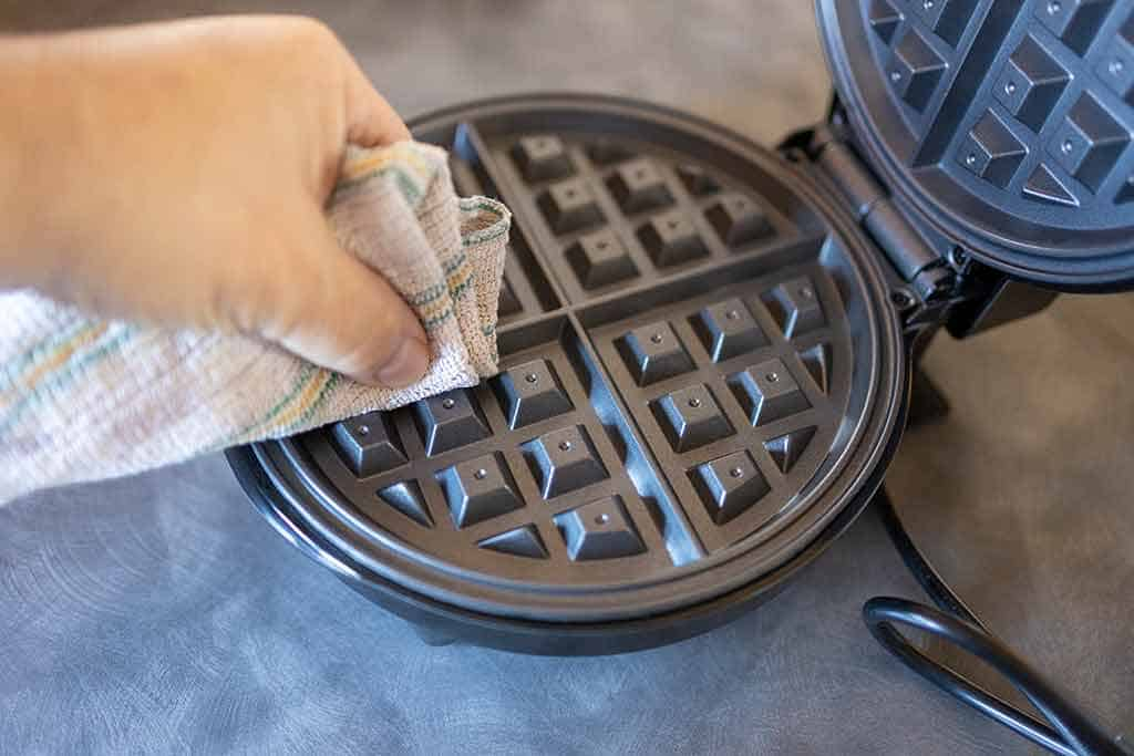 Wiping-waffle-maker-with-damp-cloth